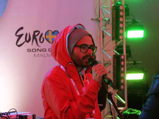 ByeAlex az Eurovision Village-ben a rossz idő ellenére is megtöltötte a nézőteret: